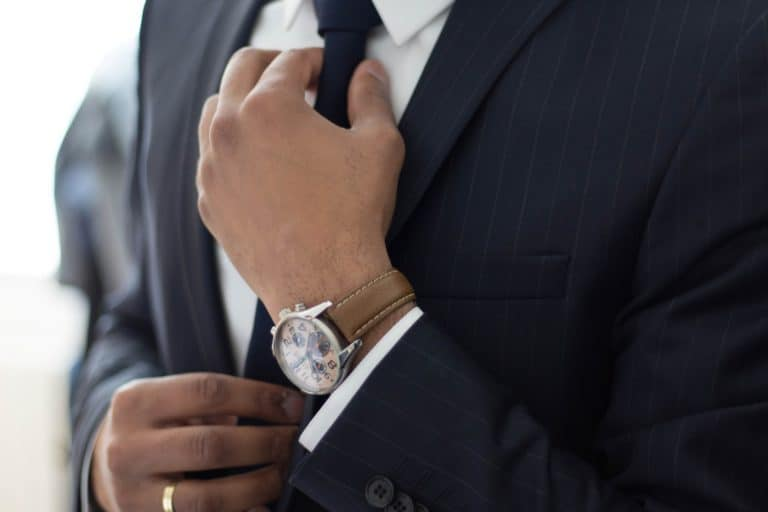 בחור עם חליפה ושעון - תמונה להמחשה